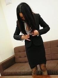 Ai Mizushima spreads her vagina
