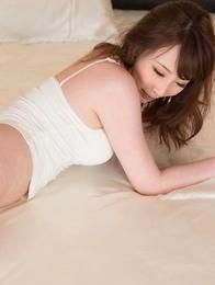 Aya Kisaki gets her trimmed pussy finger-blasted real hard on a bed