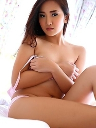 Hot girl Lolita Cheng masturbate on bed