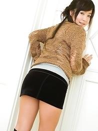 Natsuki Takahashi in short tight skirt shows hot cleavage